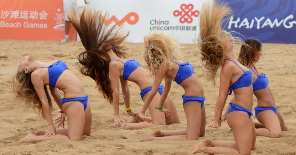 Cheerleaders do vôlei de praia realizam performance durante o terceiro Jogos Asiáticos de Praia em Haiyang, na China