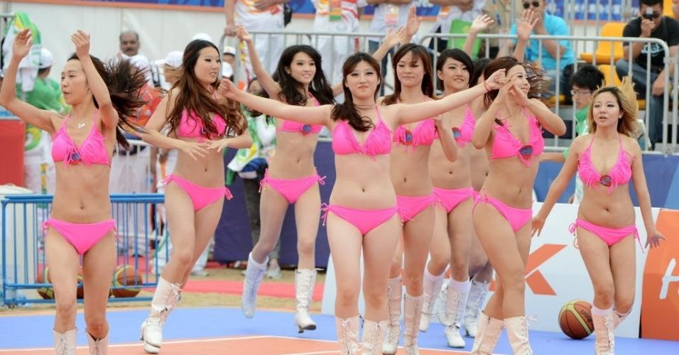 Em Haiyang, na China, cheerleaders realizam apresentação no intervalo de partida de basquete de praia do terceiro Jogos Asiáticos de Praia