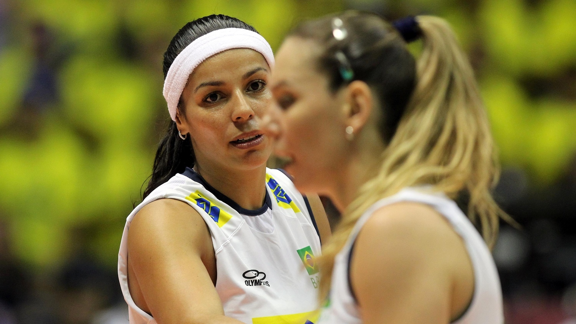 Fabíola e Paula Pequeno lamentam falha brasileira durante a partida contra os Estados Unidos