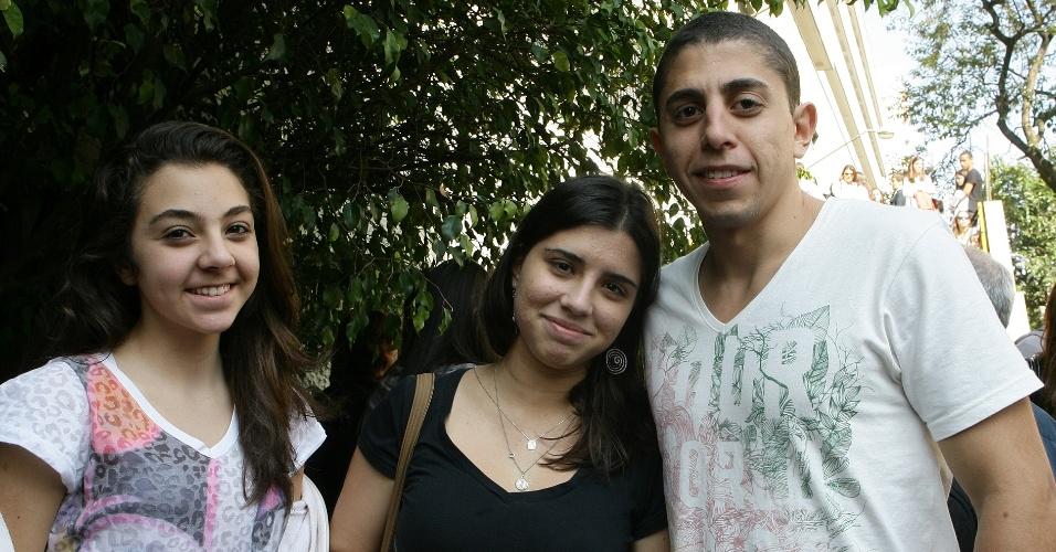 Gabriela Vilela e Guilherme Vilela acompanham Larissa Trindade (ao centro), 18, que vai o vestibular de inverno da PUC-SP para o curso de direito