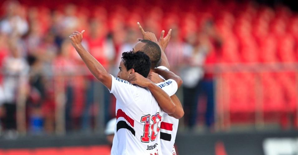 Jadson e Luis Fabiano comemoram o gol do atacante do São Paulo na partida contra o Atlético-MG, no Morumbi