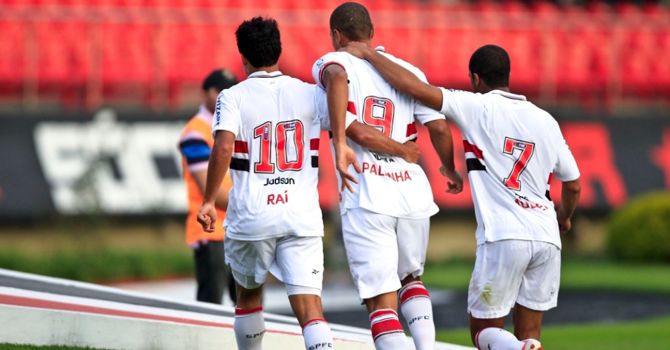 Jadson, Luis Fabiano e Lucas comemoram o gol do atacante do São Paulo na partida contra o Atlético-MG