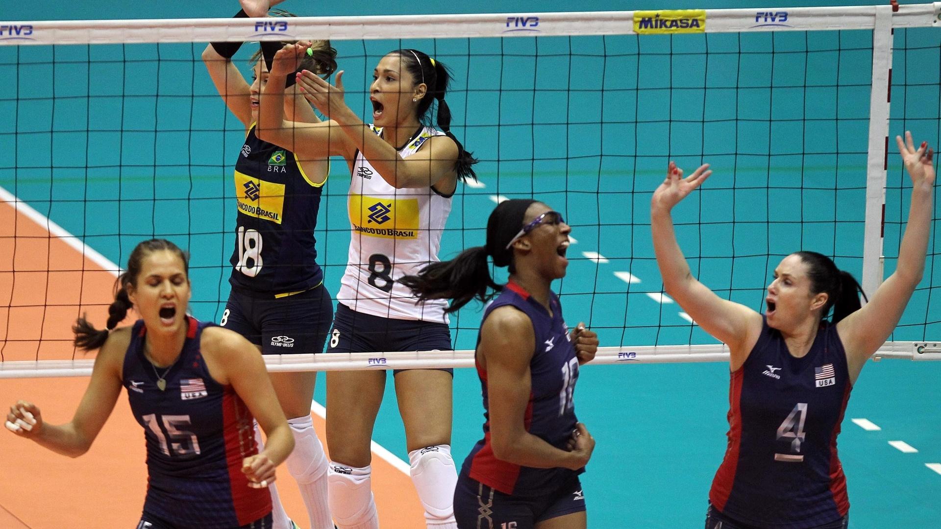 Jaqueline e Camila Brait reclamam com arbitragem, enquanto americanas comemoram ponto durante vitória sobre o Brasil