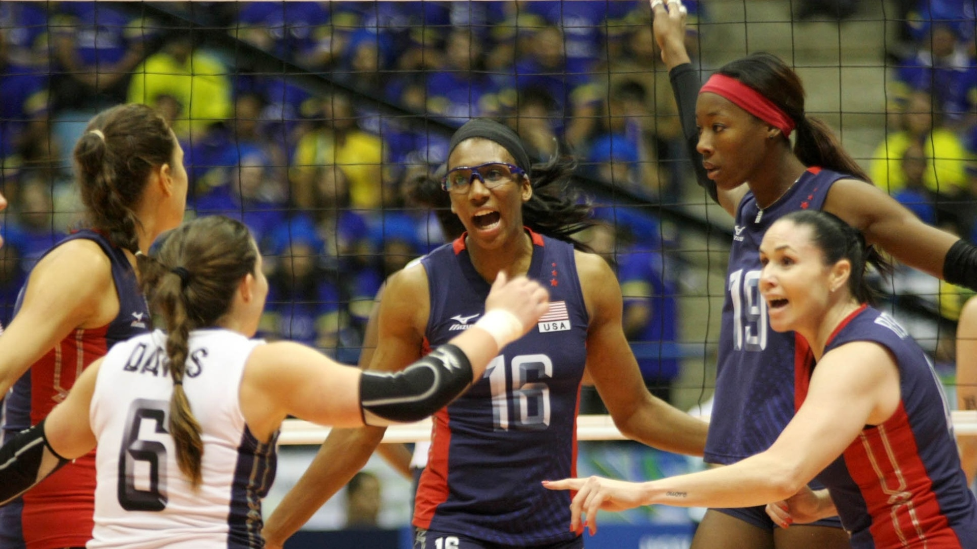 Jogadoras dos Estados Unidos comemoram ponto durante a vitória sobre o Brasil, em São Bernardo