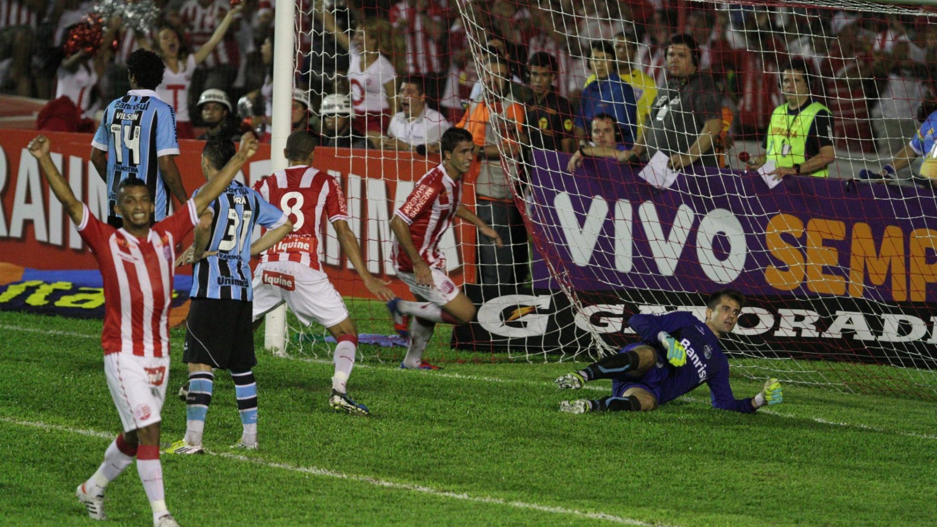 Jogadores do Náutico comemoram gol marcado pelo zagueiro Ronaldo Alves na vitória sobre o Grêmio