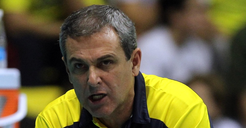 José Roberto Guimarães orienta a seleção brasileira durante a derrota para os Estados Unidos