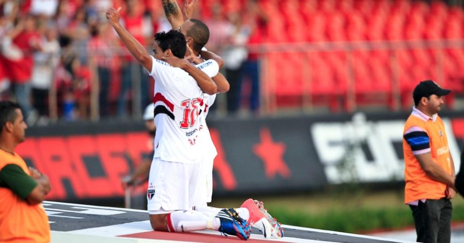 Luis Fabiano e Jadson se ajoelham no símbolo do São Paulo para comemorar gol no jogo contra o Atlético-MG