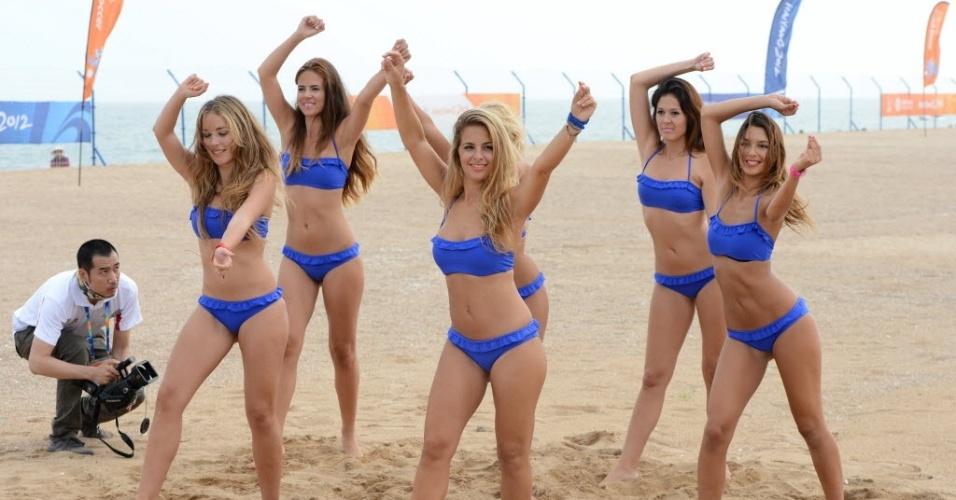 No intervalo de partida de vôlei de praia, cheerleaders do terceiro Jogos Asiáticos de Praia dançam em Haiyang, na China