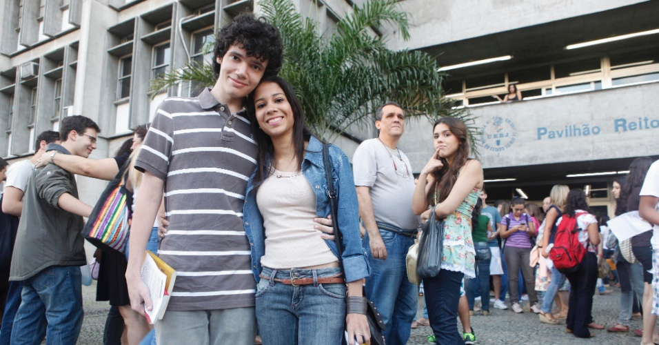 O casal Thiago Barbosa, 19, e Beatriz Ayres, 17, se despede antes dela entrar para a prova da Uerj (Universidade do Estado do Rio de Janeiro). Beatriz quer cursar letras/alemão