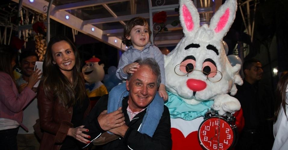 Otávio Mesquista chega acompanhado do filho Pietro e da mulher Melissa no aniversário das filhas de Rodrigo Faro, em São Paulo (17/6/12)