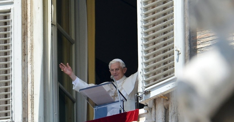 Papa Bento 16 acena para peregrinos reunidos na praça São Pedro, no Vaticano