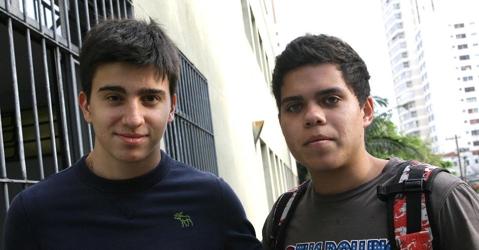 """Rafael Pantaleao,  17, treineiro em direito (esq.), diz que a prova teria sido mais fácil se ele tivesse se """"preparado"""". Já para Lucas Simões, 17, treineiro em economia, achou português difícil por não ter feito """"as leituras necessárias"""""""