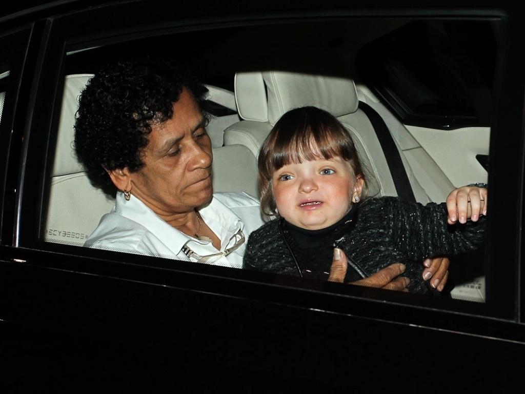 Rafaella Justus chega com a babá para festa de aniversário das filhas de Rodrigo Faro, em São Paulo (17/6/12)