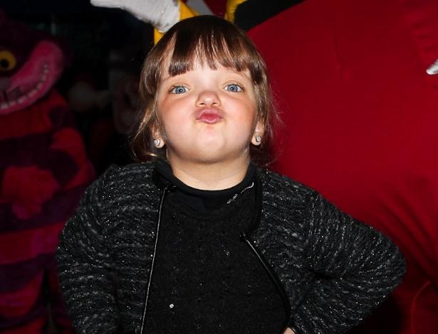 Rafaella Justus posa para fotógrafo na chegada ao aniversário das filhas do apresentador Rodrigo Faro, em São Paulo (17/6/12)