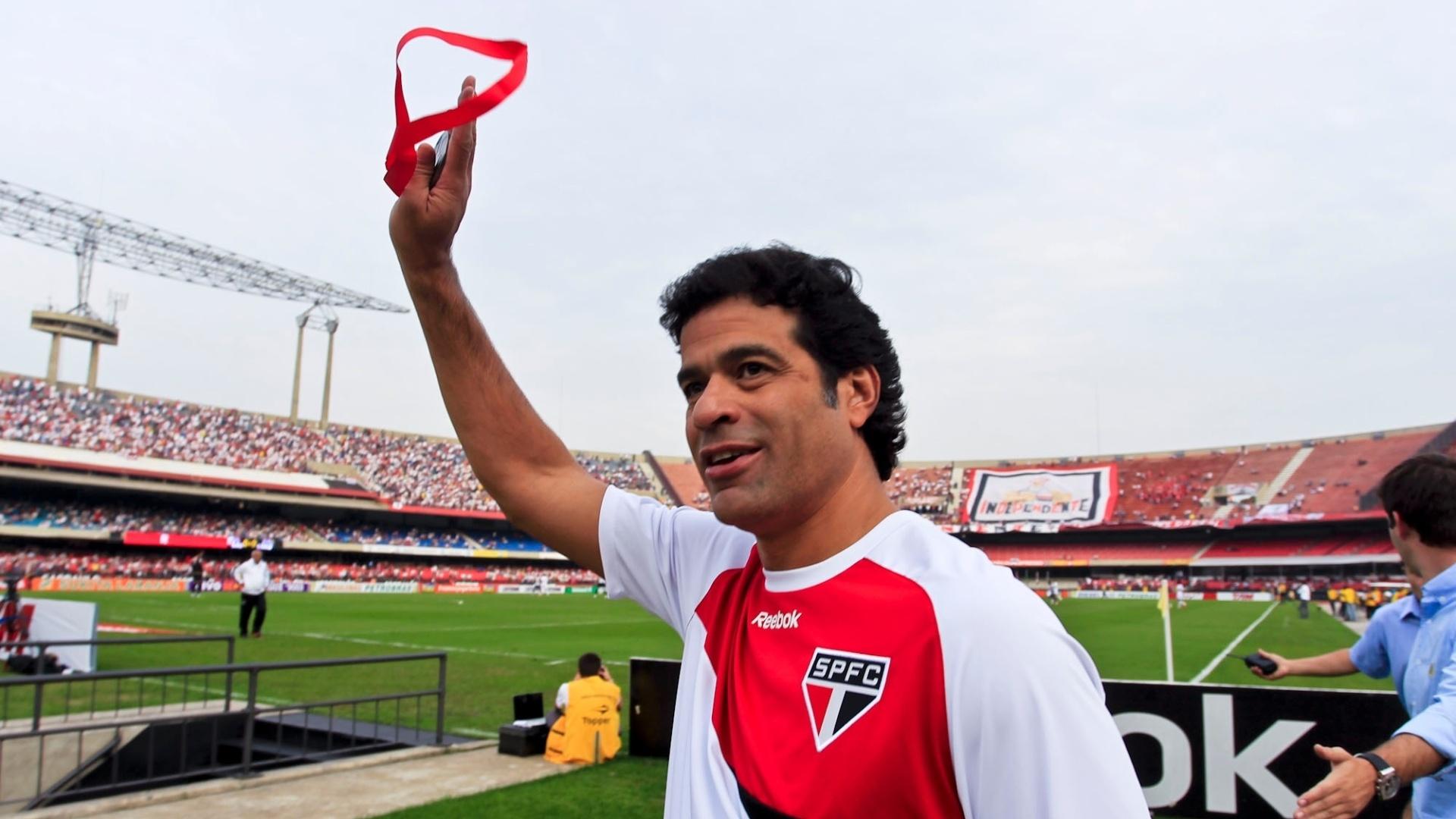 Raí, ex-jogador do São Paulo, acena para a torcida após homenagem antes de partida contra o Atlético-MG