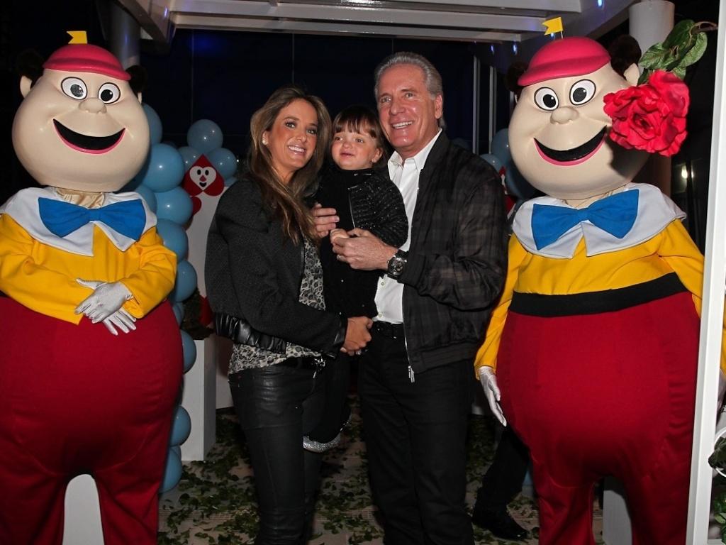 Roberto Justus posa com a mulher Ticiane Pinheiro e a filha Rafaella na entrada do aniversário das filhas de Rodrigo Faro, em São Paulo (17/6/12)