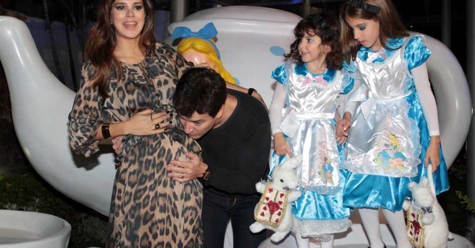 Rodrigo Faro beija a barriga da mulher Vera Viel, grávida de seu terceiro filho, em São Paulo (17/6/12)