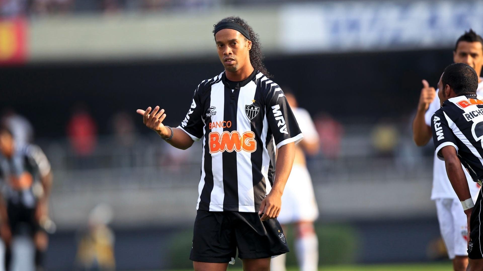 Ronaldinho Gaúcho gesticula com jogadores do Atlético-MG durante a partida contra o São Paulo