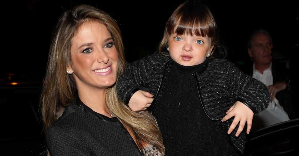 Ticiane Pinheiro e a filha Rafaella Justus chegam para aniversário de filhas de Rodrigo Faro, em São Paulo (17/6/12)