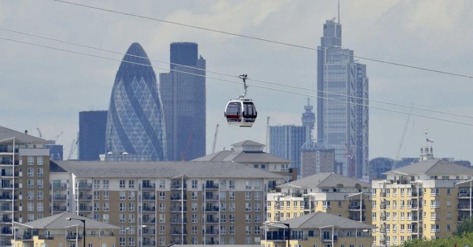 Trabalhadores fazem testes nas gôndolas do novo teleférico de Londres, que vai atravessar o rio Tâmisa
