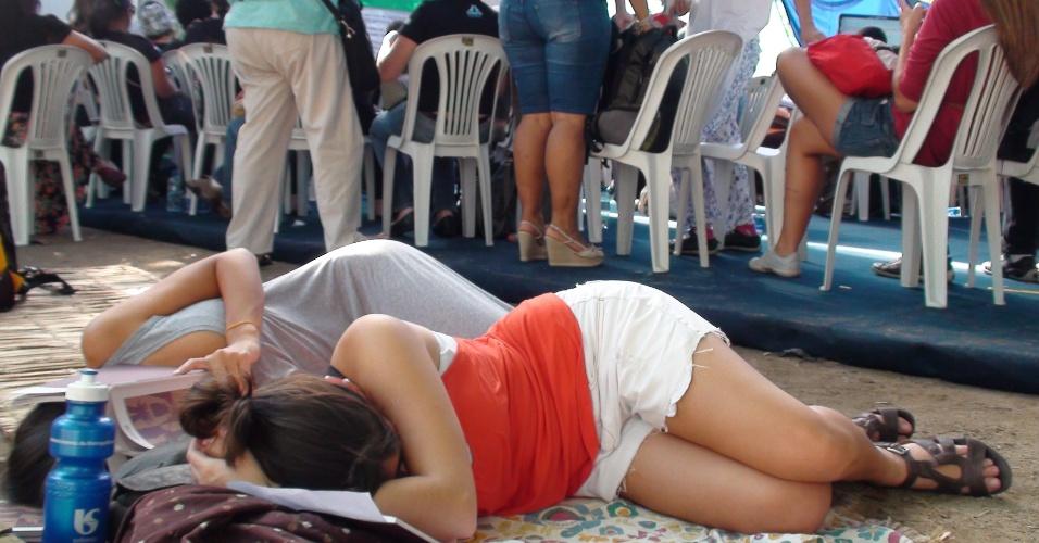 17.jun.2012 - Ativistas dormem durante palestra na Cúpula dos Povos