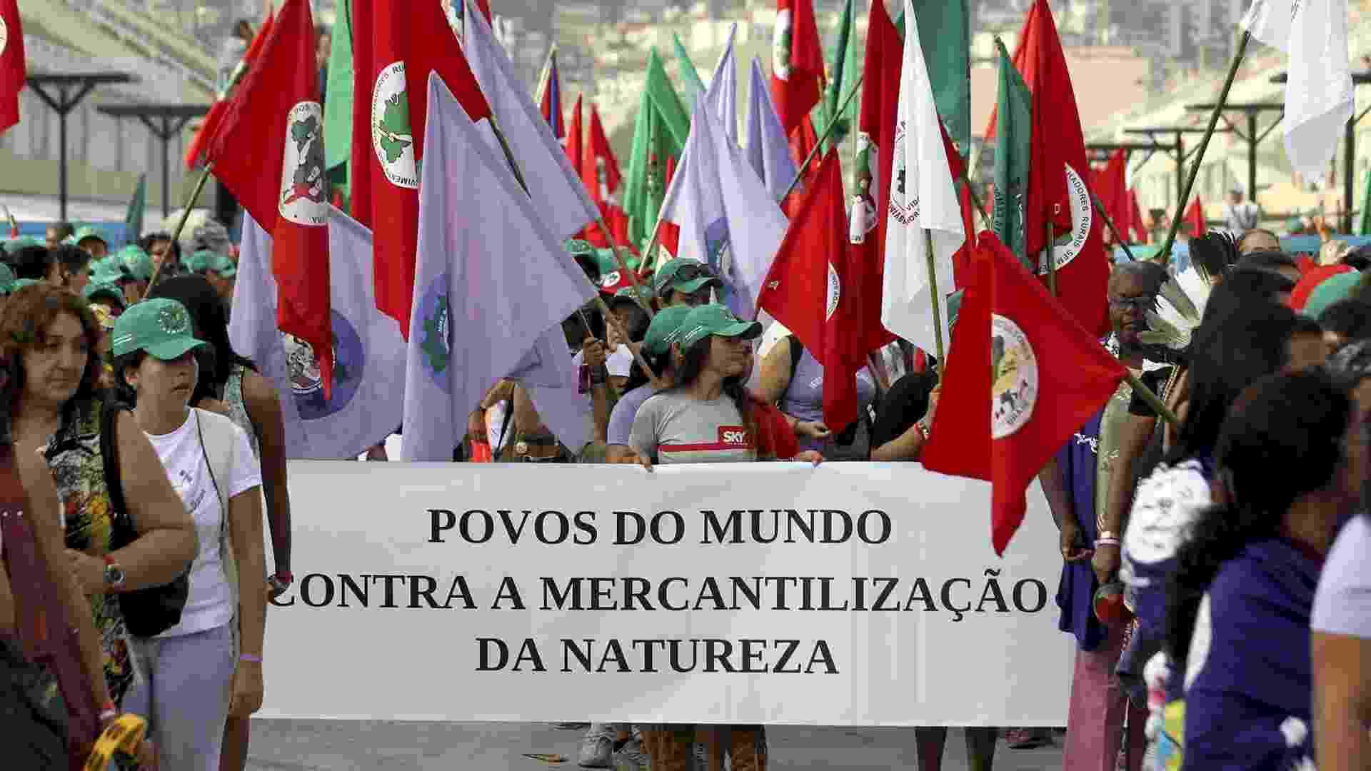 17.jun.2012 - Milhares de mulheres do Movimento dos Sem-Terra (MST) participam de marcha contra a economia capitalista durante a Rio+20, Conferência da ONU sobre Desenvolvimento Sustentável. As manifestantes pedem uma economia mais sustentável - Antonio Lacerda/EFE