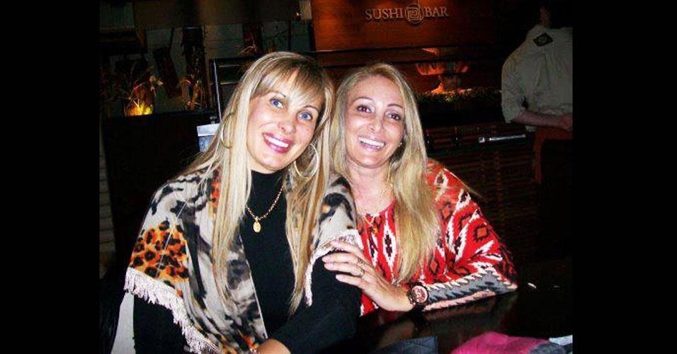 18.jun.2012 - Foto mostra Angelina Filgueiras dos Santos, 42 (dir.), ao lado de Ângela Bismarchi (esq.). Angelina morreu baleada na madrugada de sábado (16) durante briga em Niterói, no Rio de Janeiro. Angelina é irmã da modelo Ângela Bismarchi, que está confinada na casa do reality show