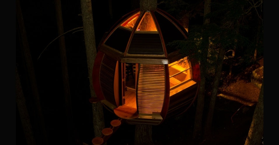 20.jun.2012 - O jovem carpinteiro Joel Allen usou materiais que as pessoas queriam jogar fora para construir a Hemloft, sua casa na árvore oval no meio da montanha Whistler, no Canadá. Ele saiu de uma situação financeira negativa para o sucesso na internet e não economizou US$ 10.000