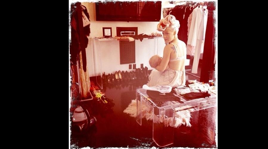 A cantora Pink divulgou uma imagem onde aparece amamentando a filha Willow, de um ano (18/6/12)