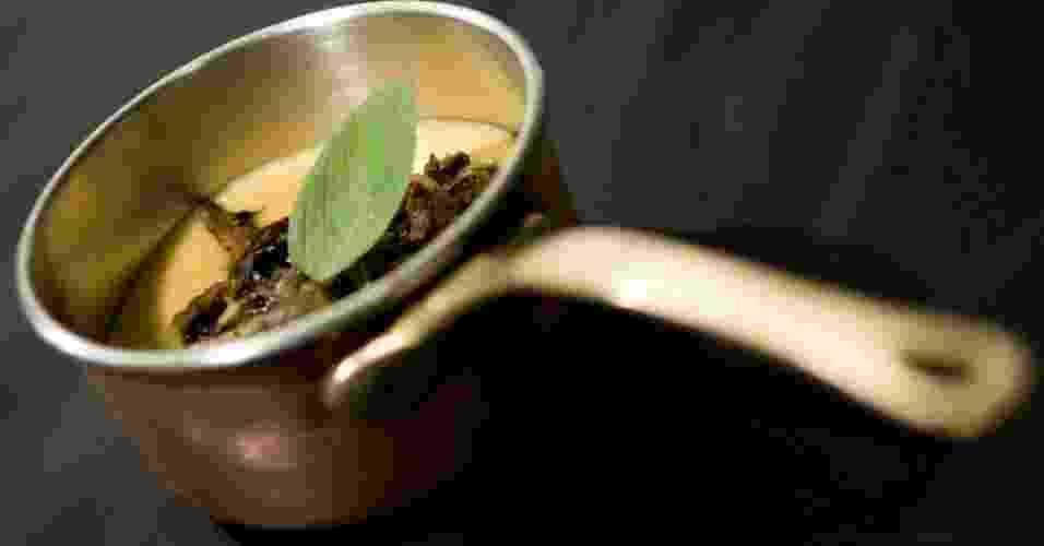 A polenta pode ser base de inspiracão para pratos juninos. Essa, do restaurante e buffet Capim Santo (www.capimsanto.com.br), é italiana e feita com ragu de cogumelos - Capim Santo/Divulgação