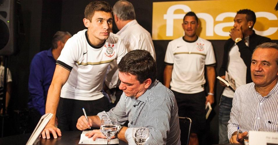 Andrés Sanchez autografa exemplar para o meia Alex, do Corinthians, durante o lançamento de seu livro