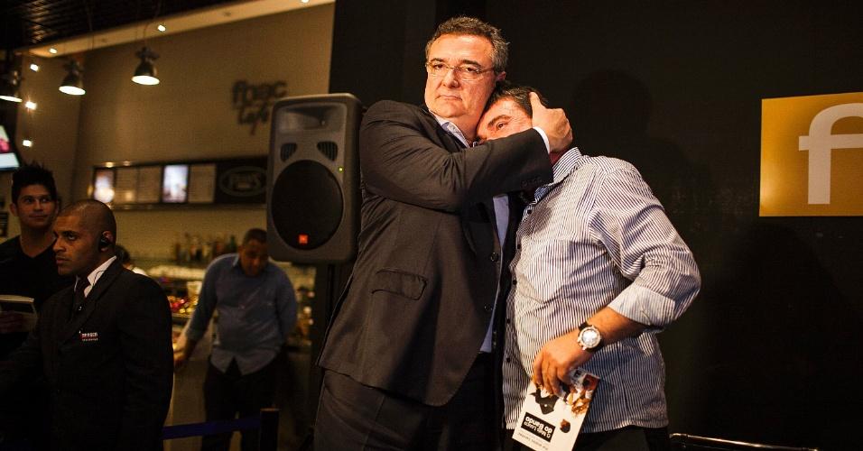 Andrés Sanchez é abraçado por Mário Gobbi, presidente do Corinthians, durante lançamento de seu livro, em São Paulo