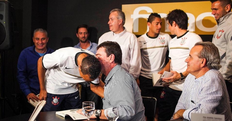 Andrés Sanchez, ex-presidente do Corinthians, conversa ao pé do ouvido com Liedson, atacante da equipe
