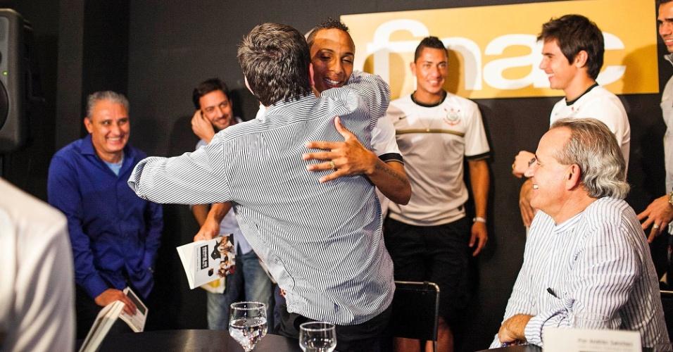 Andrés Sanchez, ex-presidente do Corinthians, e Liedson, atacante da equipe, se abraçam durante lançamento de livro do dirigente