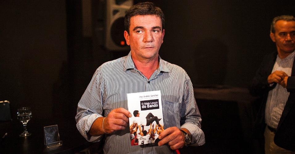 Andrés Sanchez, ex-presidente do Corinthians, exibe um exemplar durante o lançamento de seu livro