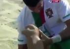 Blog: Após choque, português sofre lesão chocante no joelho em jogo de futebol de areia; assista - Reprodução de TV