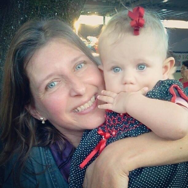 Carolinie Fiqueiredo mostra foto de quem Bruna Luz puxou os olhos azuis (18/6/2012)