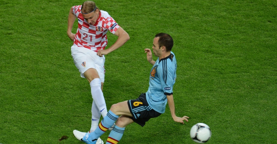 Croata Domagoj Vida leva a melhor na dividida com o espanhol Andres Iniesta