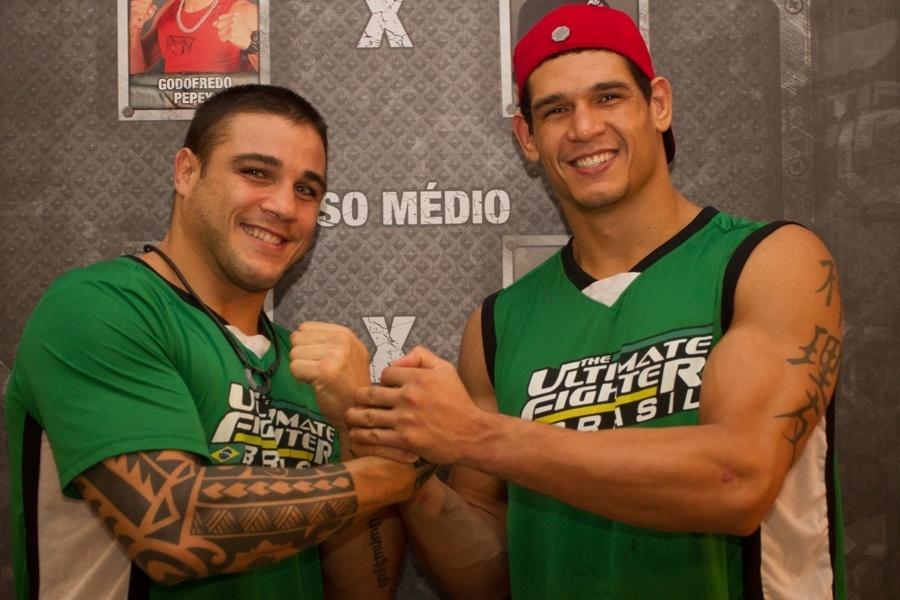 Daniel Sarafian e Cezar Mutante posam juntos após vencerem suas semifinais; Sarafian acabou cortado da decisão por lesão, e será substituído por Serginho Moraes