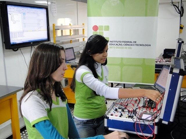 Estudantes do curso de automação industrial do IFMS (Instituto Federal do Mato Grosso do Sul) em laboratório construído em caminhão