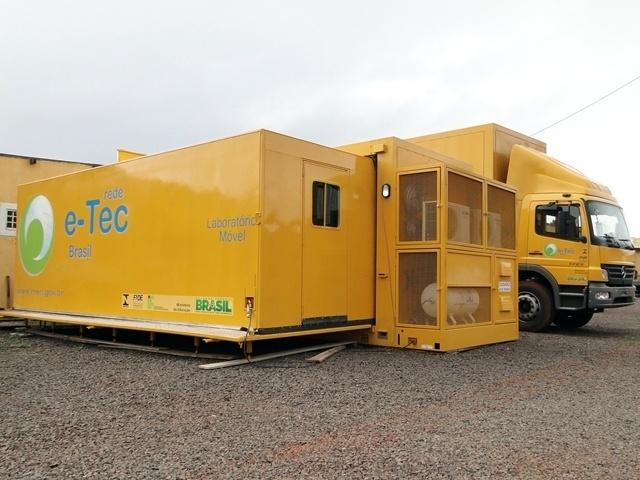 Caminhão contêiner e a estrutura utilizada no curso de automação industrial do IFMS (Instituto Federal do Mato Grosso do Sul)