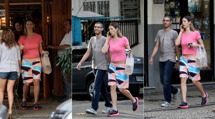 Luana Piovani comprou comida em um restaurante no bairro do Leblon, zona sul do Rio (18/6/12)