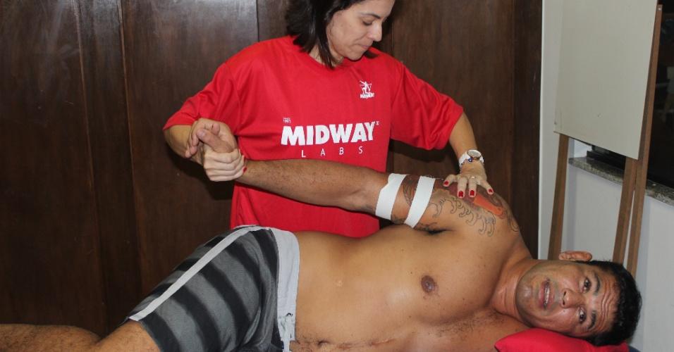 Minotauro passa por sessão de fisioterapia para curar dores no braço