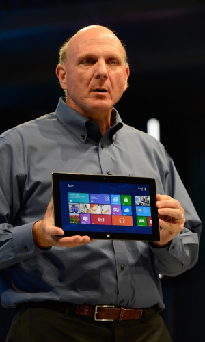 Na imagem, Steve Ballmer, CEO da Microsoft, apresenta ultraportátil