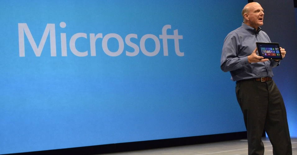 Na imagem, Steve Ballmer, CEO da Microsoft, apresenta ultraportátil Surface