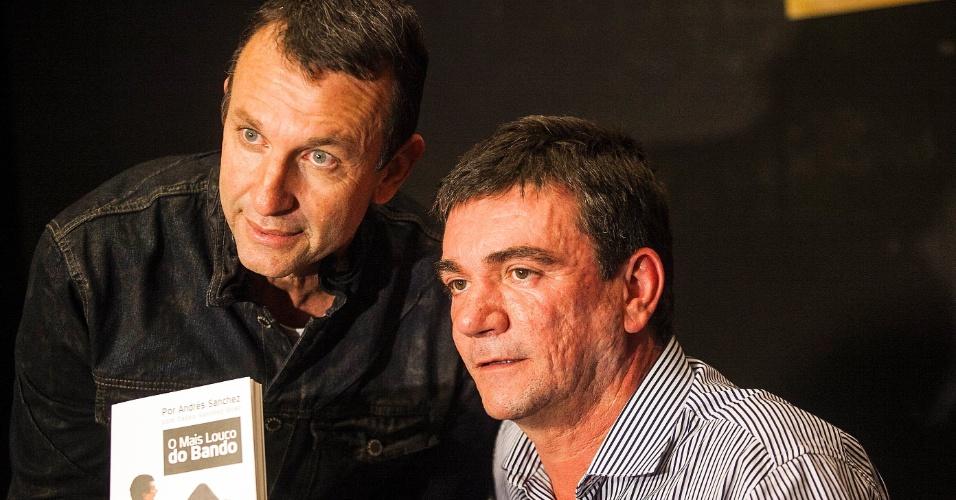 Neto, ex-ídolo do Corinthians, posa ao lado de Andrés Sanchez no lançamento do livro do ex-presidente do clube