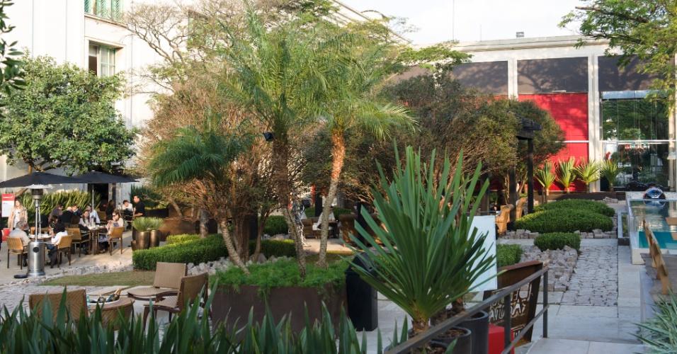 Com 3.665 m², a Praça das Jabuticabeiras, da paisagista Paula Magaldi, é um grande jardim de interior, inspirado nas pequenas cidades da Itália e França. Com estruturas em madeira maciça e revestimentos em resinas especiais, o espaço tem no centro um lounge para descanso
