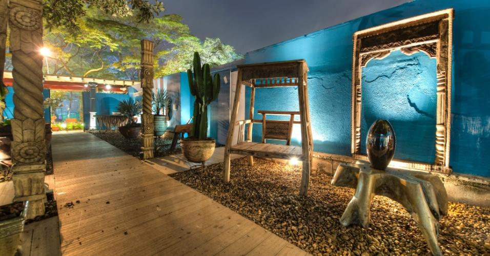 Os arquitetos Marcos Muller e Aida Baltazar criaram o Jardim Interno com inspiração na cultura do Oriente Médio. Para harmonizar o espaço, a passarela central é repleta de elementos naturais no piso, cercada por pedras naturais e peças antigas importadas do Marrocos, Índia, Indonésia e Tailândia
