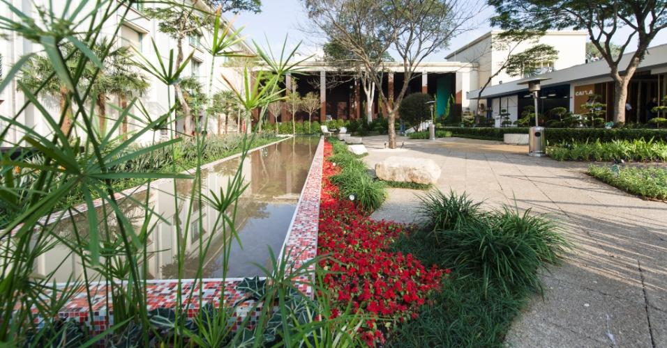 Os arquitetos Miriam Escobar e Robson de Freitas projetaram a Praça Casa Hotel, uma composição que alia formas orgânicas e geométricas.  Os dois