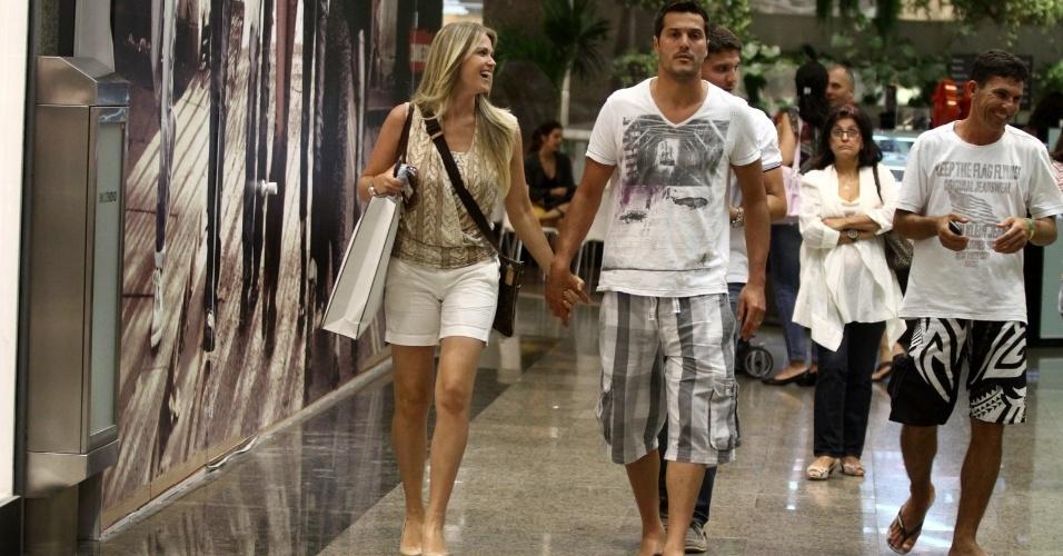 Susana Werner e o marido, o goleiro Júlio César, passearam em um shopping da zona oeste do Rio (18/6/12)